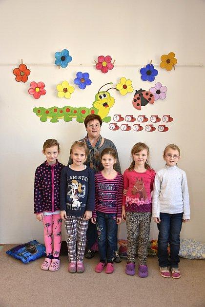 Žáci ze Základní školy Kunvald spaní učitelkou Věrou Štefkovou.