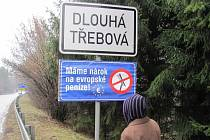Protestní modrá cedule visela také u Dlouhé Třebové.