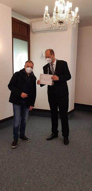 Michal Dvořák, muž, který zachránil chlapce na rybníku vŽamberku dostal ocenění od starosty města, Foto: HZS PK