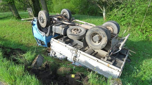 Najel na krajnici a ta se propadla. Vozidlo skončilo na střeše
