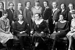 """Velice známý módní salón provozovala také Anna Mehlová, nejprve na českotřebovském Starém náměstí, později ve vlastním domě v Nádražní ulici. """"Paní šéfovou"""" nalezneme na dobové fotografii mezi děvčaty dole uprostřed."""