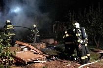 Požár chaty v zahrádkářské kolonii ve Vysokém Mýtě.