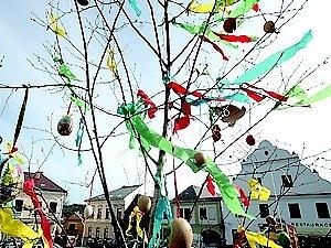 Ozdobený strom na náměstí v Jablonném.