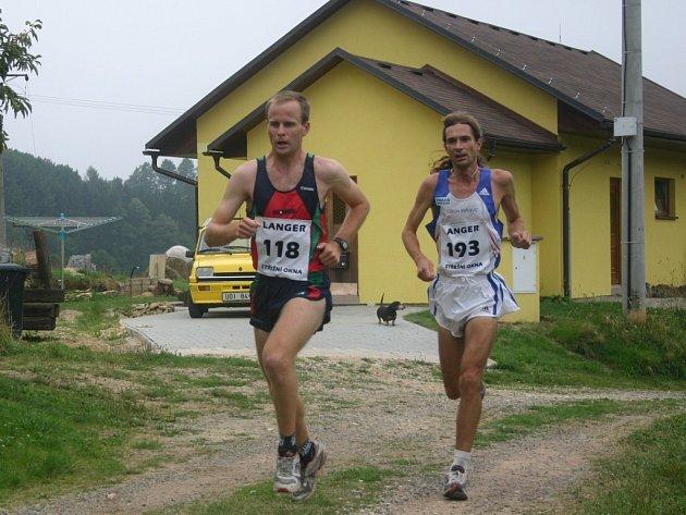 Devatenáct vteřin. Takový rozdíl byl v cíli mezi prvním Lukášem Razýmem z českotřebovského Iscarexu (na snímku vlevo) a Danielem Orálkem (AC SM Brno).
