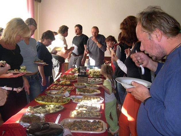 """Účastníci """"Klopotské houby"""" při ochutnávce a hodnocení pokrmů z hub."""