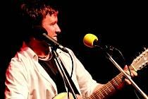 Frontman kapely Tichá voda David Chládek při vystoupení na jihlavské Portě.
