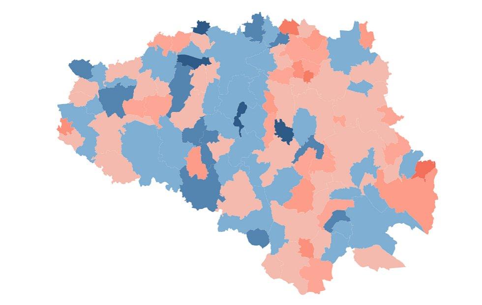 Mapa proočkovanosti Chrudimsko. Modré odstíny značí vyšší poddíl naočkovaných, než činí průměr ČR.