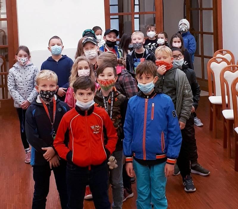 Žáci ZŠ Habrmanova na obecním úřadě.