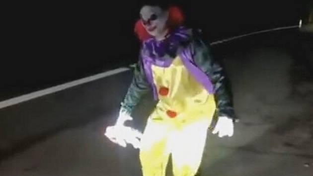 """Libchavy """"proslavilo"""" video se šíleným klaunem. Parta mladých lidí už na YouTube vysvětlila, proč ho natočila."""