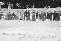 Skupinka bruslařů po roce 1905 na zamrzlém rybníčku v parku Javorka na pohlednici vydané firmou Voremberg v  Berlíně. Vlevo vzadu je známý javorecký hříbek.