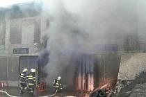Požár nakladače ve stodole v Dlouhoňovicích.