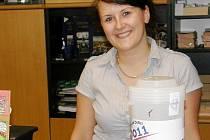 Markéta Vaňousová s kasičkou v informačním centru.