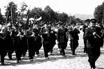 Znovu železničářská dechovka  – už pod taktovkou Čendy Urbánka (vpravo) při oslavách 1. máje  v roce 1954 v Praze.