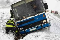 Z havárie autobusu v Červené Vodě.