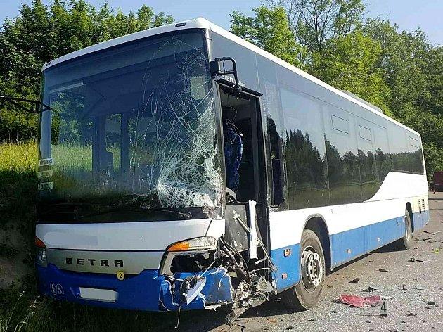 Autobus se srazil s dodávkou.
