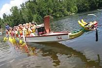 Pastvinskou přehradou se proháněly dračí lodě.