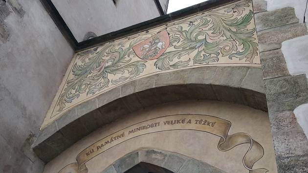 Sgrafita na Pražské bráně projdou obnovou