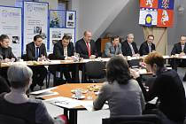 Z tiskové konference, na které byla prezentována konkrétní pomoc významných firem z regionu technickým oborům v Letohradu.