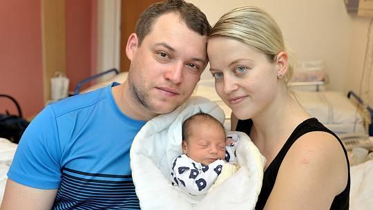 Tomáš Matoušek je první radostí pro Gabrielu a Tomáše z Těchonína. Když se 19. 5. v 22.16 hodin narodil, vážil 2960 g.