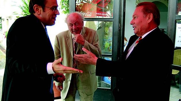 O vřelé atmosféře svědčí setkání exprezidenta Rudolfa Schustera (vpravo) s předsedou klubu Karlem Richterem (uprostřed) a moderátorem předávání cen Václavem Moravcem.