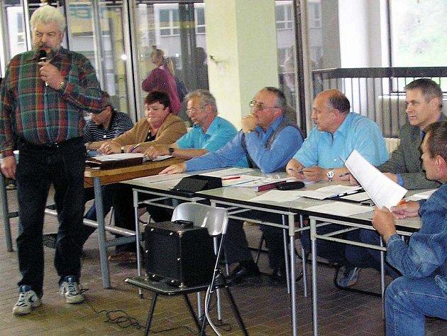 O koridoru diskutoval v Konzumu mj. také Stanislav Škoda (stojící).