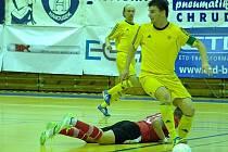 ZÁKLADNÍM stavebním kamenem týmu je kapitán. Vysokomýtský Pavel Formánek (na míči) je mužem na správném místě. Nejzbach má i jeho zásluhou sezonu dobře rozehranou.
