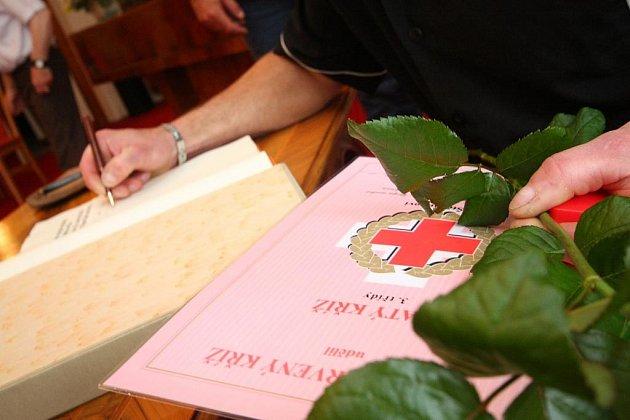 K převzetí Zlatého kříže III. - I. třídy (za 80, 120 a 160 odběrů) bylo pozváno devětadvacet dárců z okresu Ústí nad Orlicí