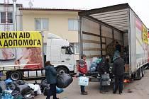 Nakládání kamionu humanitárního konvoje na pomoc Ukrajině