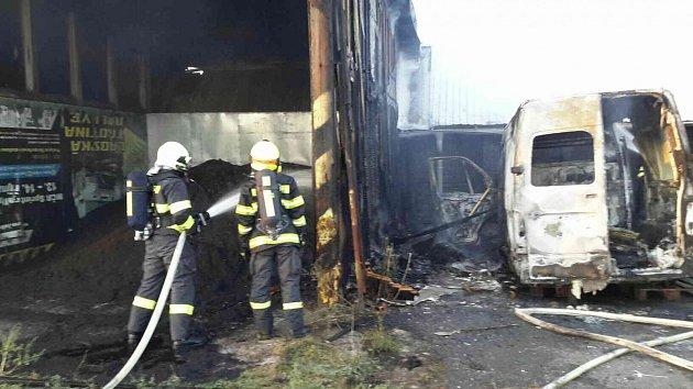 Požár kolny a dodávky v Žamberku.