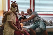 Jsou téměř součástí zdravotního personálu, léčí totiž dětské duše. Foto: Zdravotní klaun