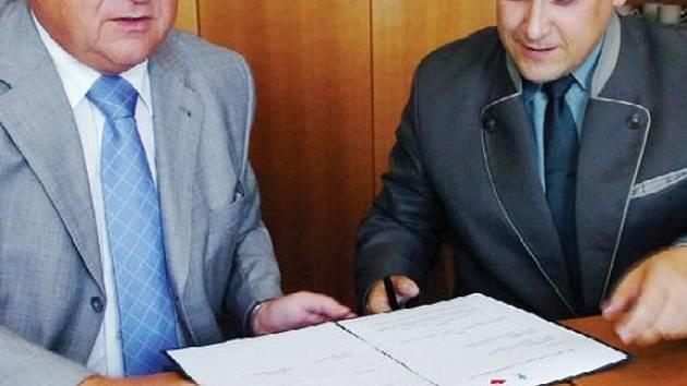 Lesy ČR a Královehradecký kraj se rozhodly spojit své síly. Hejtman Pavel Bradík a generální ředitel Jiří Holický uzavřeli dohodu o spolupráci.
