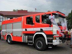 Slavnostní předání nového hasičského auta.