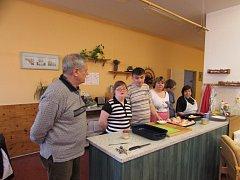Handicapovaní žáci Střední školy Euroinstitut se učí zdravě vařit.