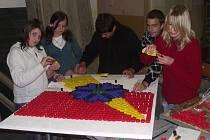 Školáci z Červené Vody vyráběli znak obce z odpadových materiálů.