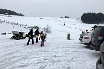 Na jedné sjezdovce je ale přeci jen živo. Vlekaři tahají lyžaře na kopec za skútry nebo čtyřkolkami.