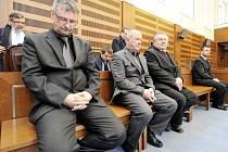 Krajský soud v Hradci Králové potrestal 28. ledna bývalého místostarostu Žamberka Ryana Strnada (vlevo) v kauze pletich při soutěži na opravu městské pěší zóny šesti roky vězení. Další čtyři obžalovaní dostali podmíněné tresty.