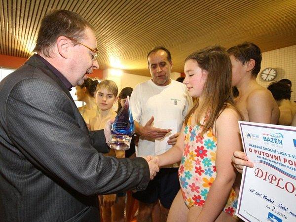 Okresní školní ligy plavecké štafety žáků oputovní pohár Krytého plaveckého bazénu.