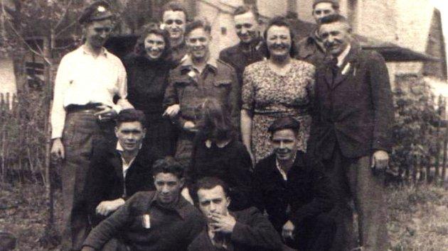 Na snímku angličtí zajatci ukrývaní vOrlici, vpravo Ferdinand Stejskal smanželkou.
