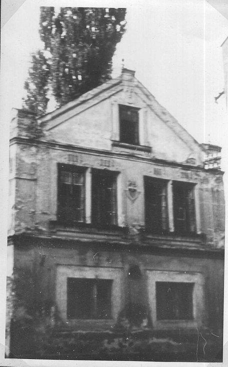 Lidový dům bývalý hostinec, foto zchrátralé budovy z 70. let 20. století.