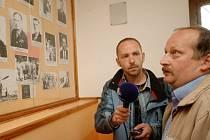 Autor pořadu Filip Novotný si u tabule připomínající slavné rodáky povídal se starostou Kunvaldu Josefem Paďourem.