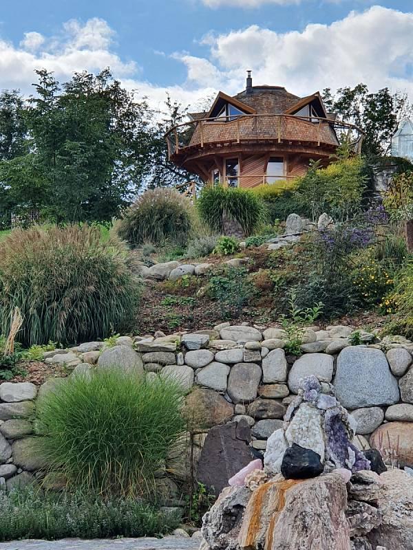 Zahrada živlů a okolí.