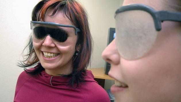 Návštěvníci si mohli vyzkoušet simulační brýle, jež jim názorně přiblížily konkrétní projevy deseti očních vad.