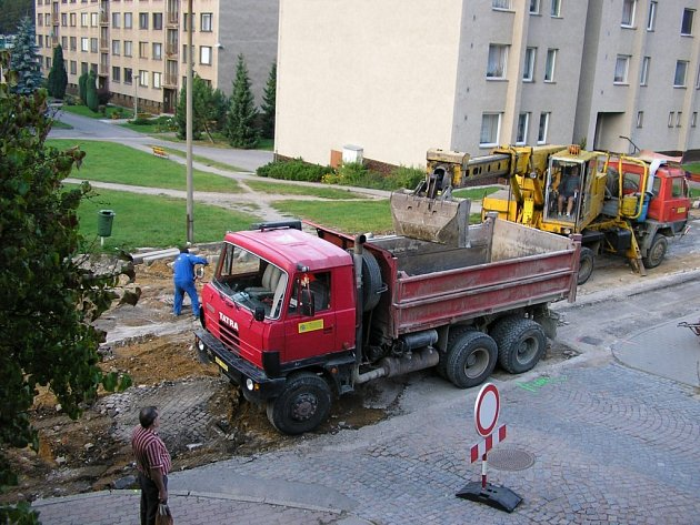 Na loňské opravy průtahu silnice v Brandýse nad Orlicí (na snímku) navážou podzimní a jarní dokončovací práce.