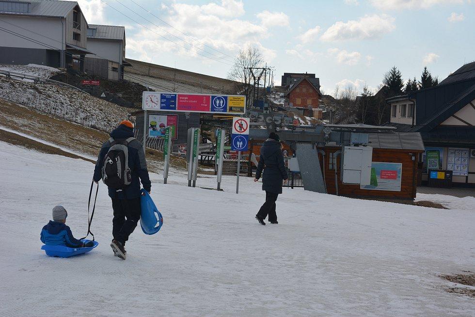Místní obyvatelé užívají posledních zimních radovánek
