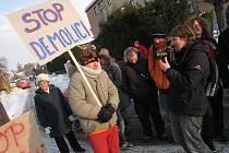 Občanské sdružení Kujebák v pondělí odpoledne uspořádalo demonstraci před branami areálu bývalého pivovaru ve Vysokém Mýtě, kde developer buduje byty.