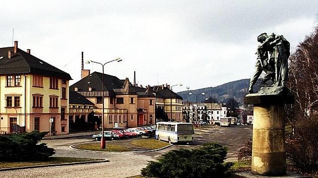 Prostor před nádražím v České Třebové.