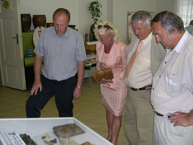 Starosta Semanína Jan Smola (vlevo) spolu se starostou Přívratu Miroslavem Veselým (vpravo) a starostou Řetové Antonínem Jedličkou (s manželkou) na výstavě ve škole.