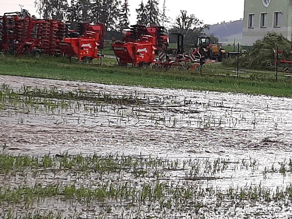 Průtrže na Lanškrounsku a Žamberecku. Mezi Žamberkem a Dlouhoňovicemi tekla voda z pole a zaplavila silnici