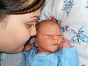 Damián Škrabálek se narodil 17. 6. v 15.29 hodin, kdy vážil 2930 g. Doma v Knapovci bude těšit rodiče Veroniku a Filipa.