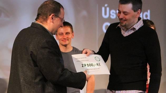 Josef Hájek (vlevo) přebírá od Petra Kulhavého šek pro Nadační fond S námi je tu lépe!